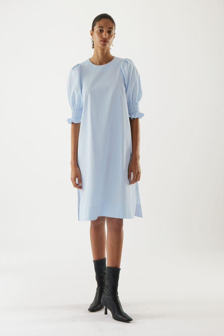 COS default image 8 of  in 코튼 스모킹 퍼프 슬리브 드레스