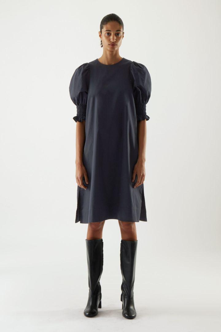 COS default image 7 of 블루 in 코튼 스모킹 퍼프 슬리브 드레스