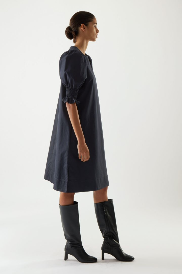COS 코튼 스모킹 퍼프 슬리브 드레스의 다크 블루컬러 ECOMLook입니다.