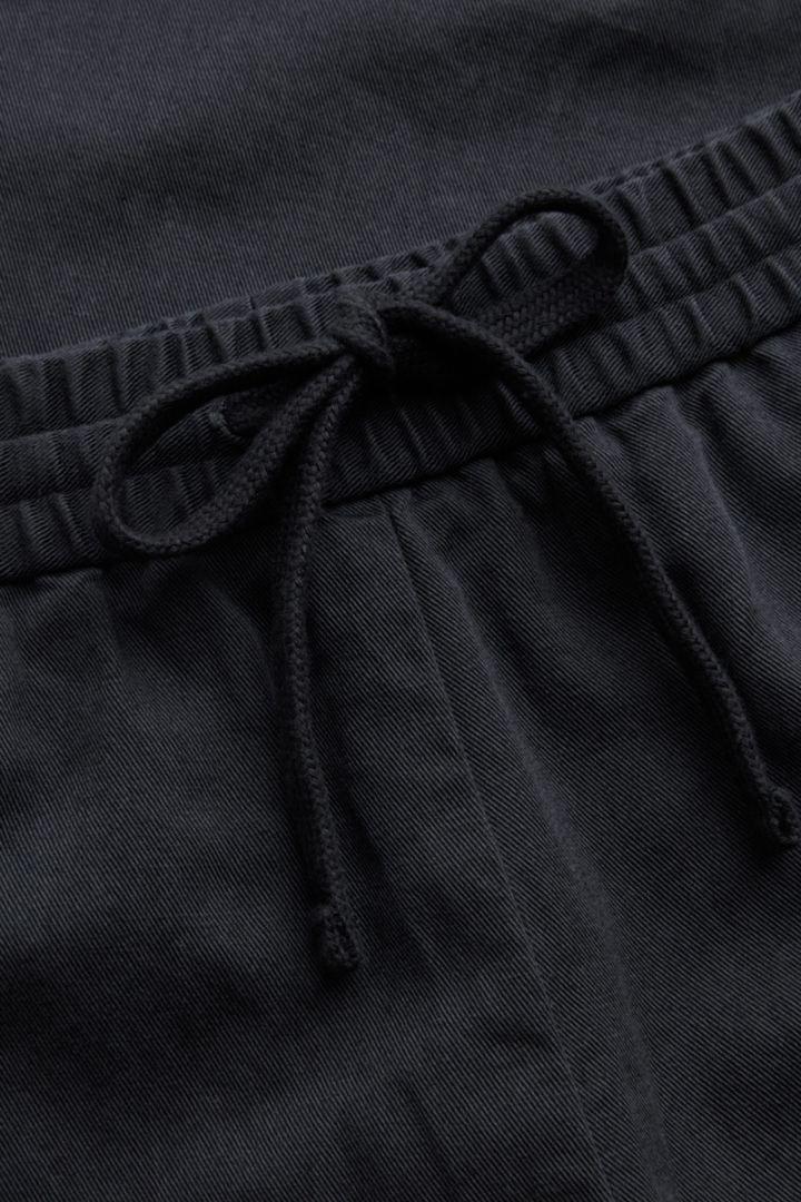 COS 릴랙스드 코튼 리넨 트라우저의 블랙컬러 Detail입니다.