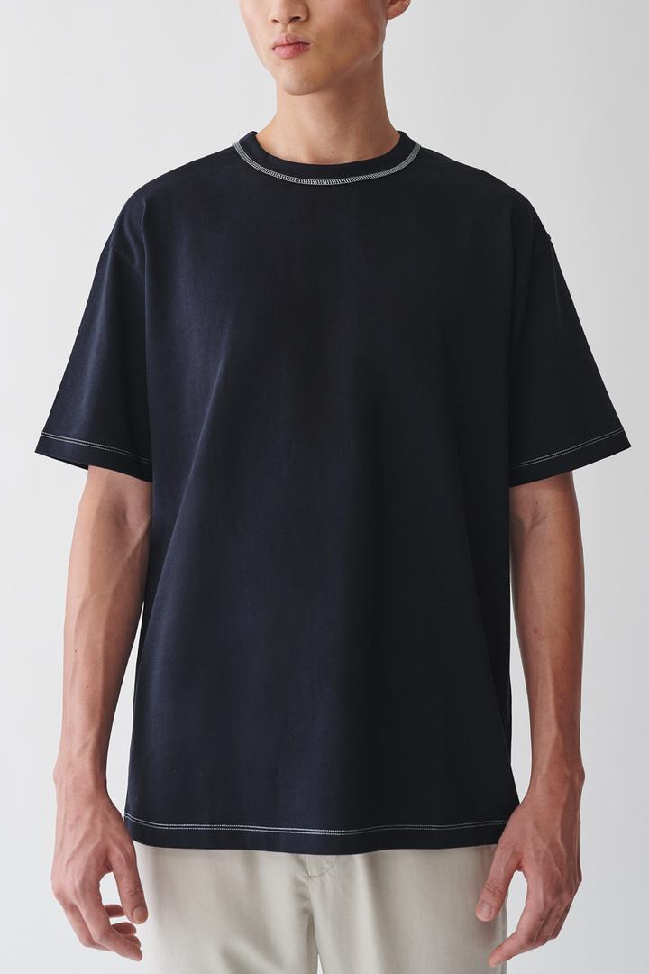 COS 롱 코튼 티셔츠의 네이비컬러 ECOMLook입니다.