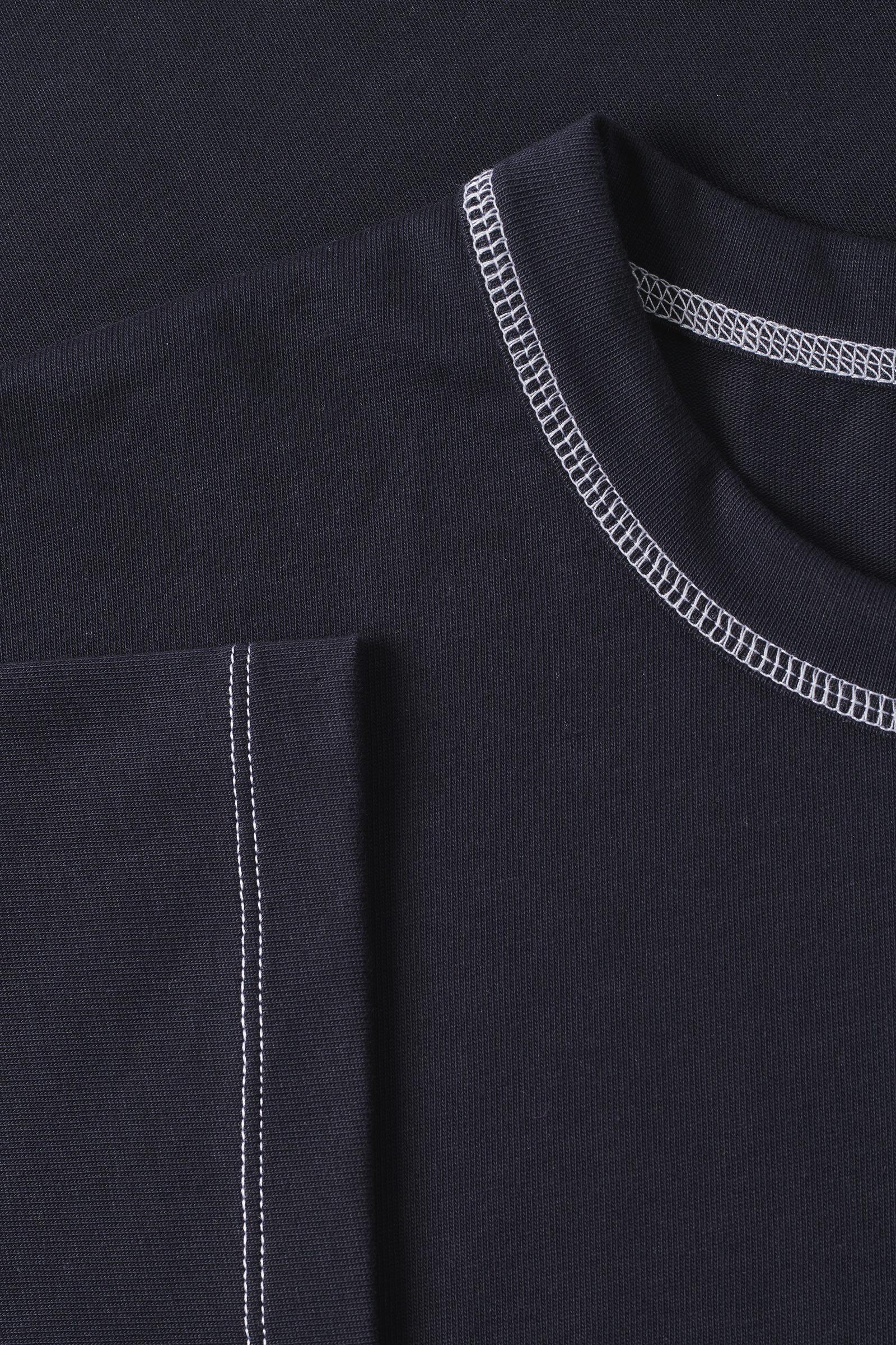 COS 롱 코튼 티셔츠의 네이비컬러 Detail입니다.