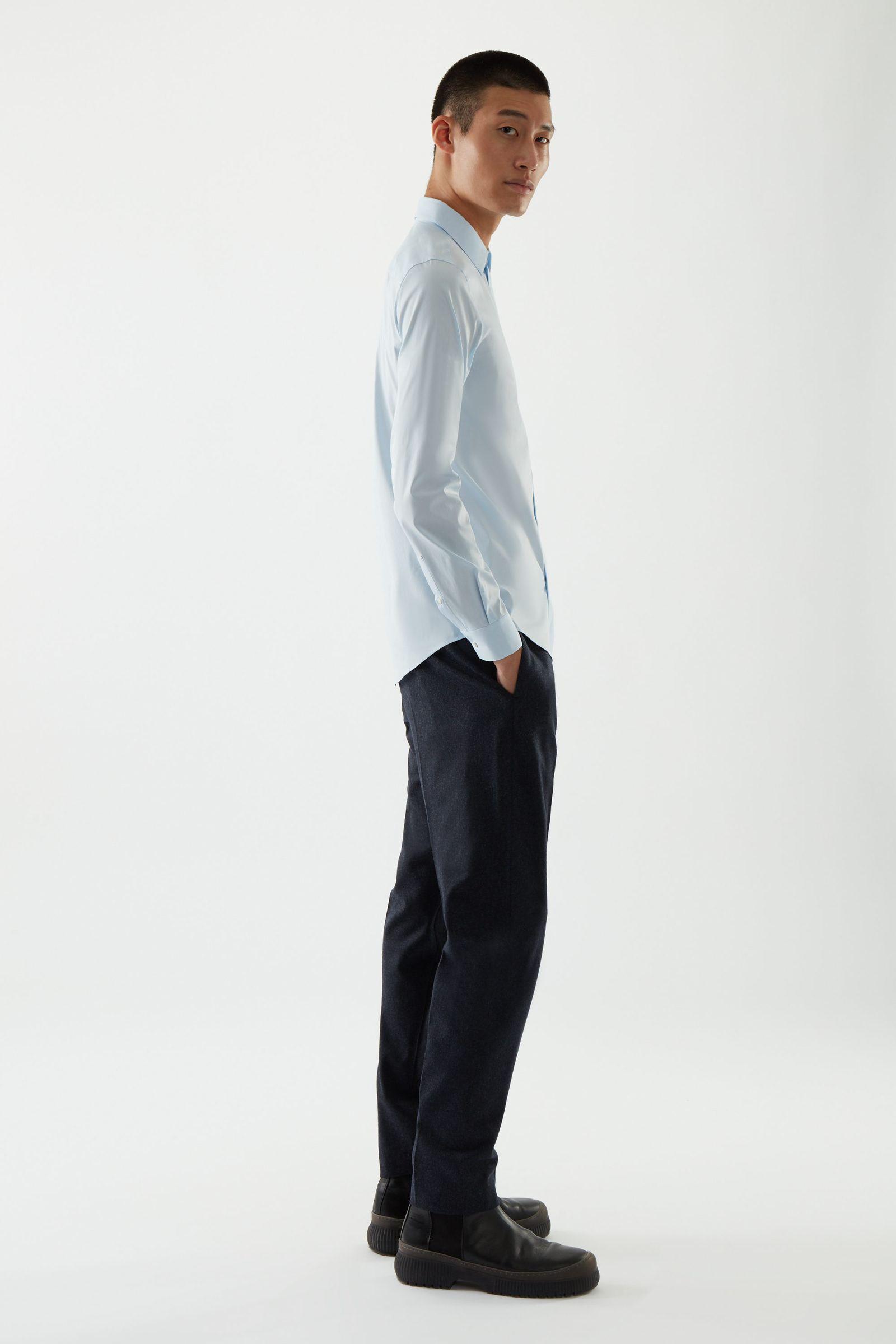 COS 오가닉 코튼 클래식 슬림 핏 셔츠의 스카이 블루컬러 ECOMLook입니다.