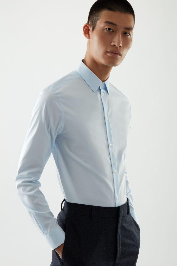 COS default image 9 of 블루 in 오가닉 코튼 클래식 슬림 핏 셔츠