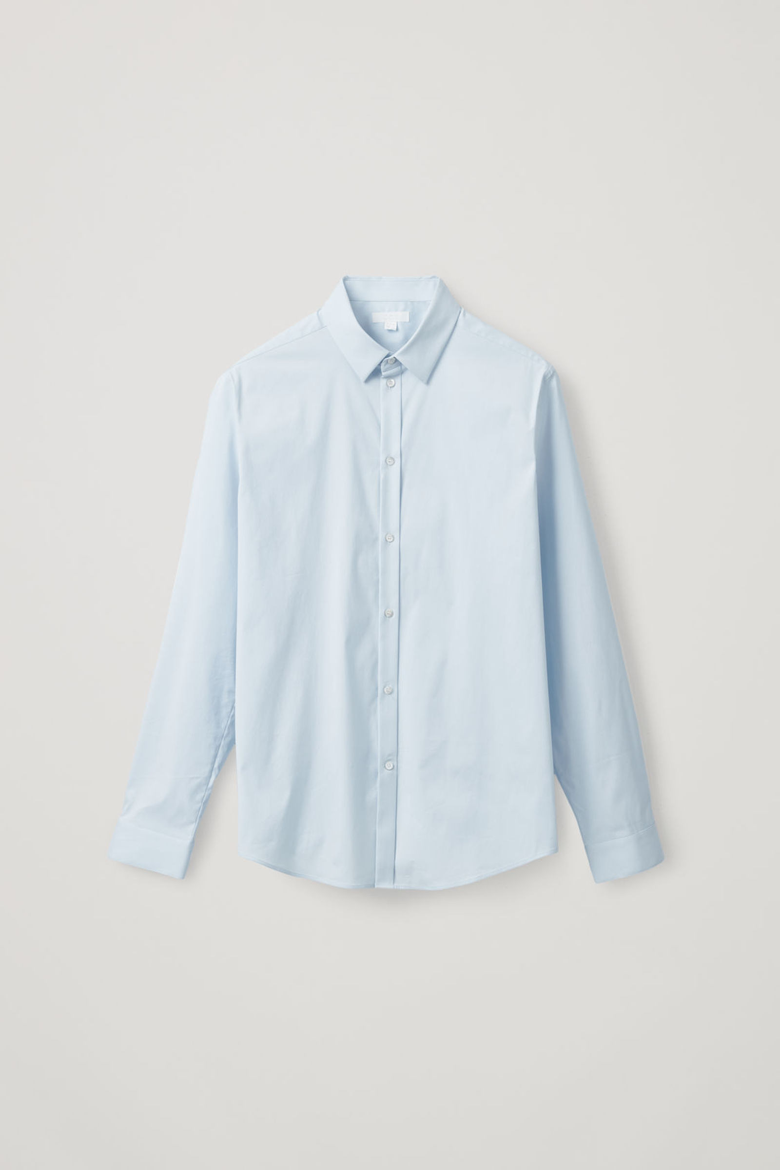 COS 오가닉 코튼 클래식 슬림 핏 셔츠의 스카이 블루컬러 Product입니다.