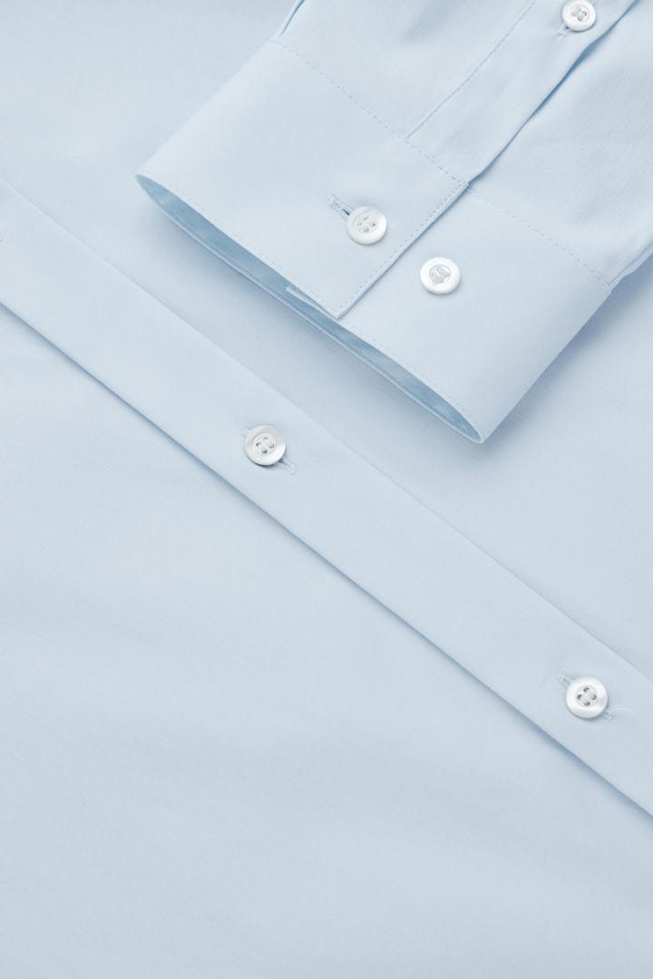 COS 오가닉 코튼 클래식 슬림 핏 셔츠의 스카이 블루컬러 Detail입니다.