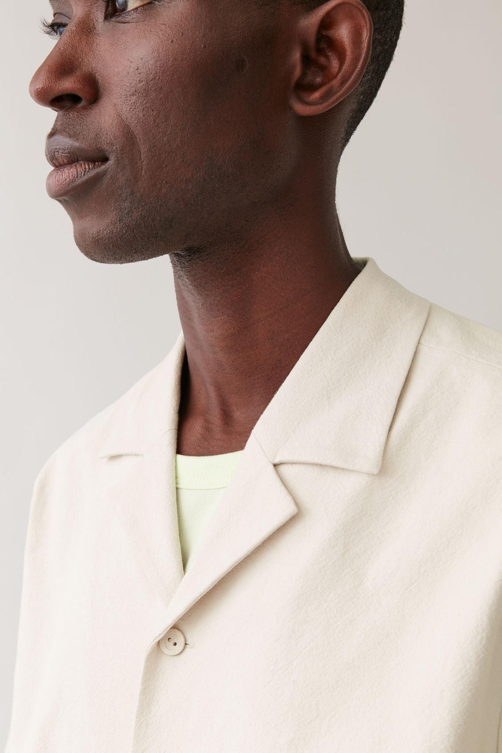COS 쇼트 슬리브 코튼 셔츠의 베이지컬러 ECOMLook입니다.