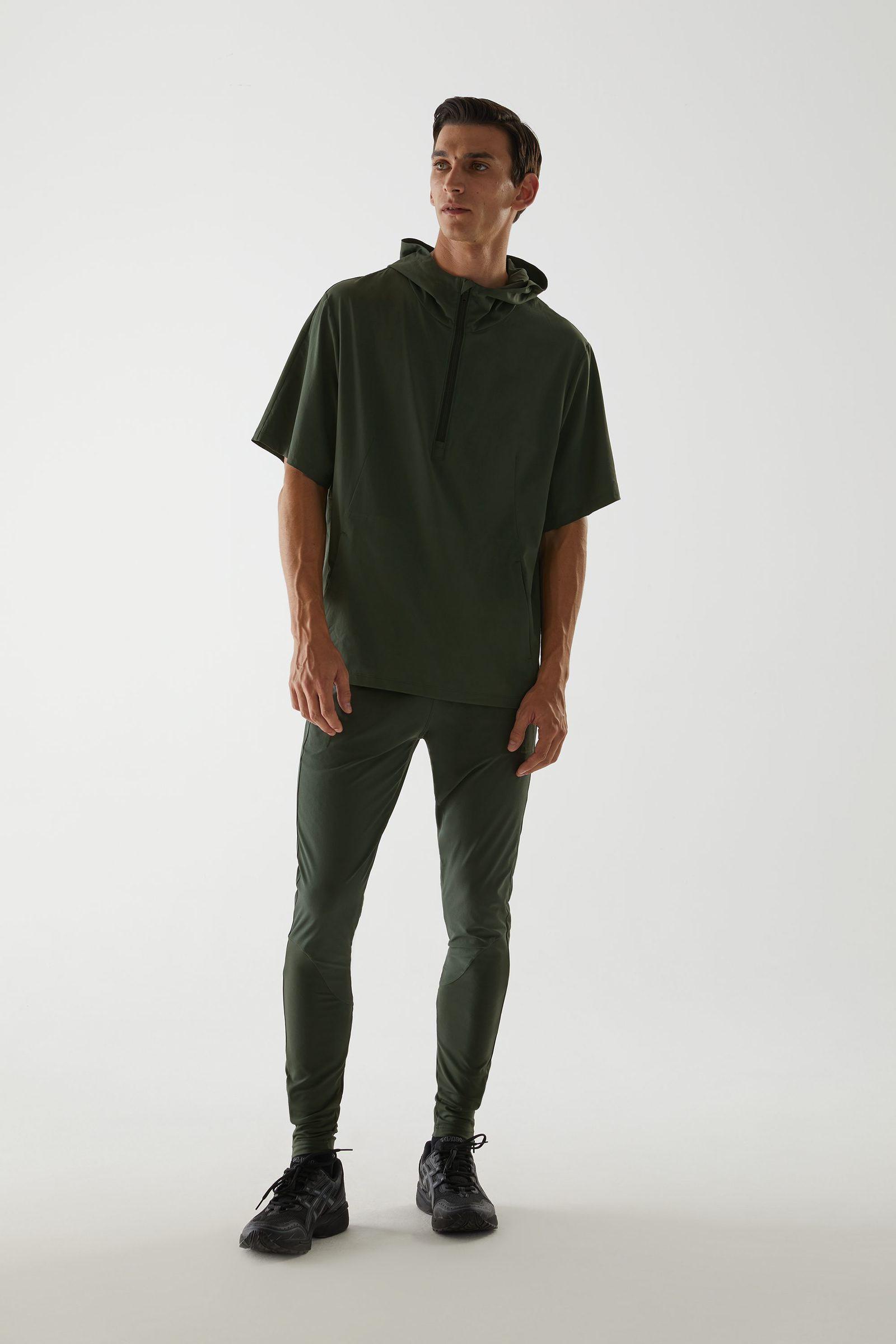 COS 리사이클드 폴리에스터 풀오버 재킷의 그린컬러 ECOMLook입니다.
