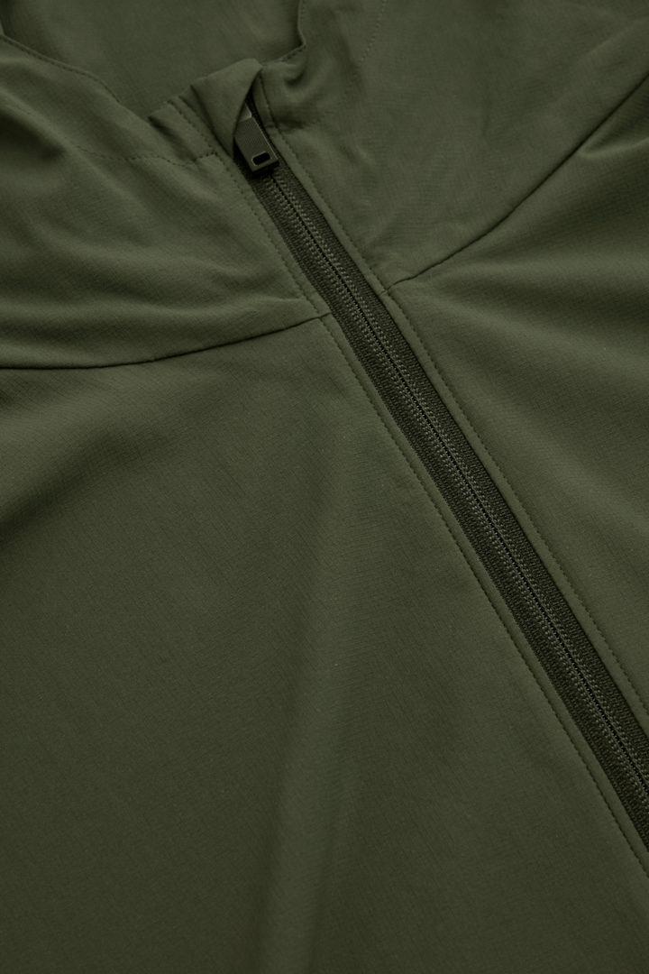 COS 리사이클드 폴리에스터 풀오버 재킷의 그린컬러 Detail입니다.