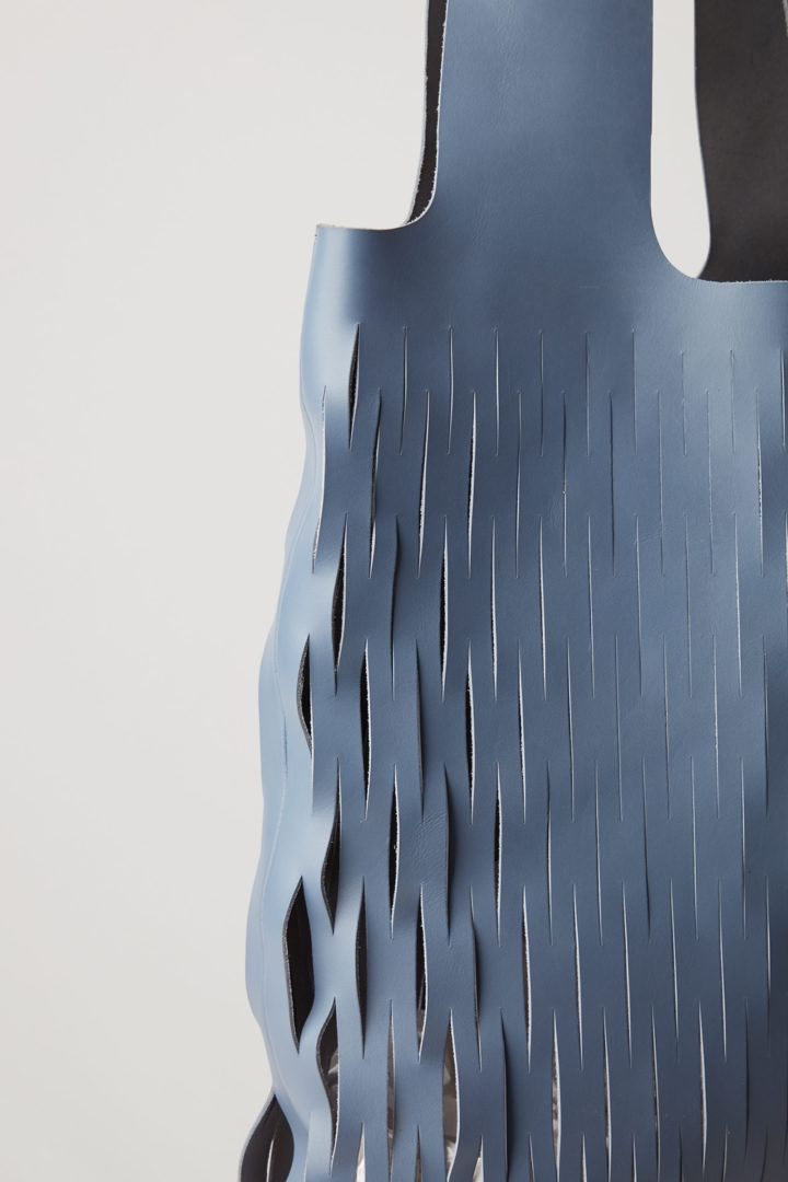 COS 컷아웃 레더 토트백의 블루컬러 Detail입니다.
