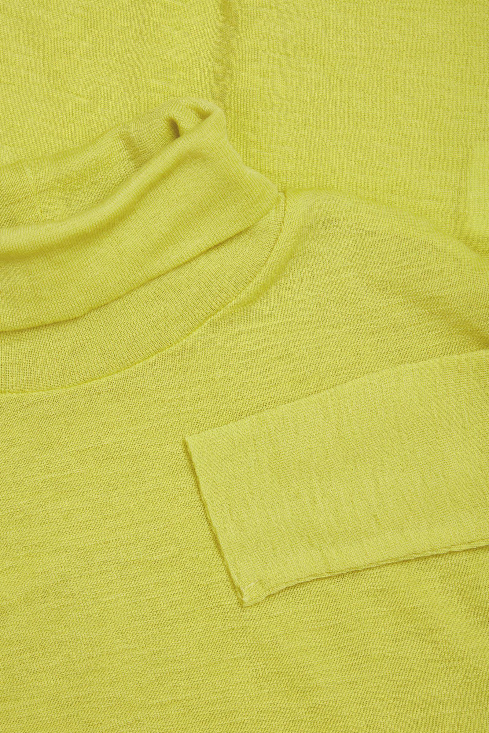 COS 파인 롤넥 울 탑의 옐로우컬러 Detail입니다.