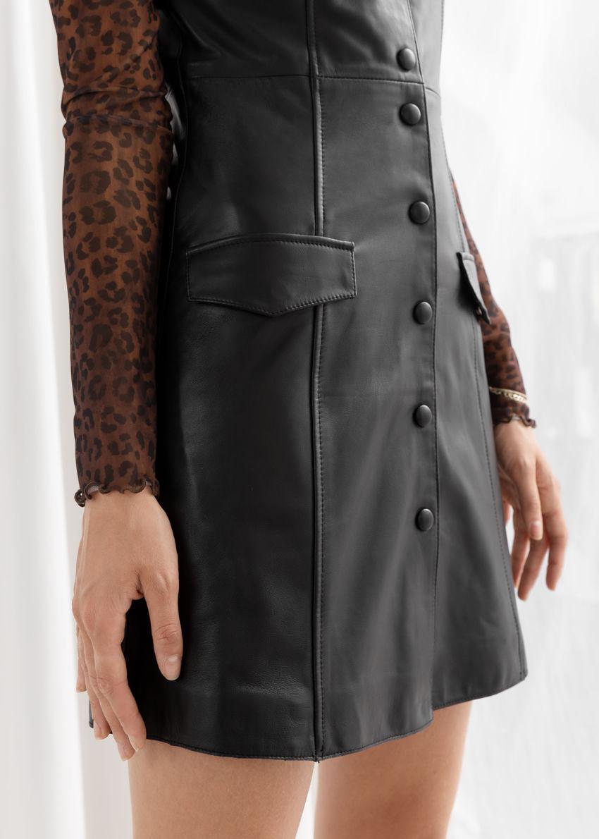앤아더스토리즈 레더 슬리브리스 미니 드레스의 블랙컬러 ECOMLook입니다.