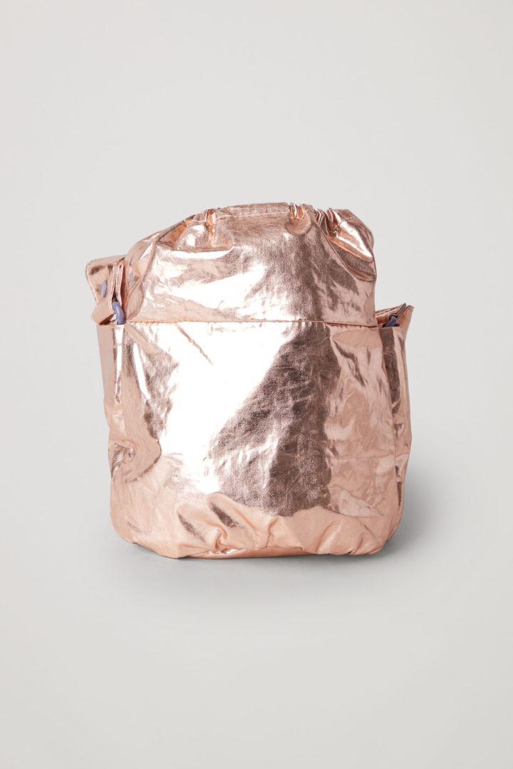COS 메탈릭 버킷 백의 로즈 골드컬러 Product입니다.