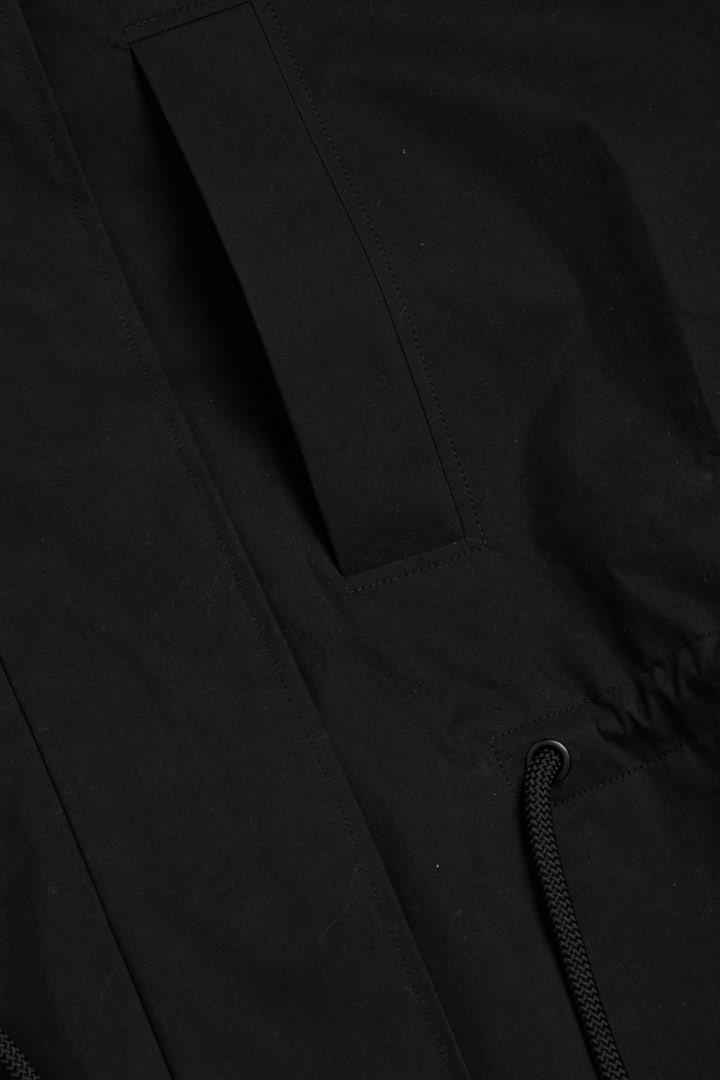 COS 후디드 코튼 파카의 블랙컬러 Detail입니다.