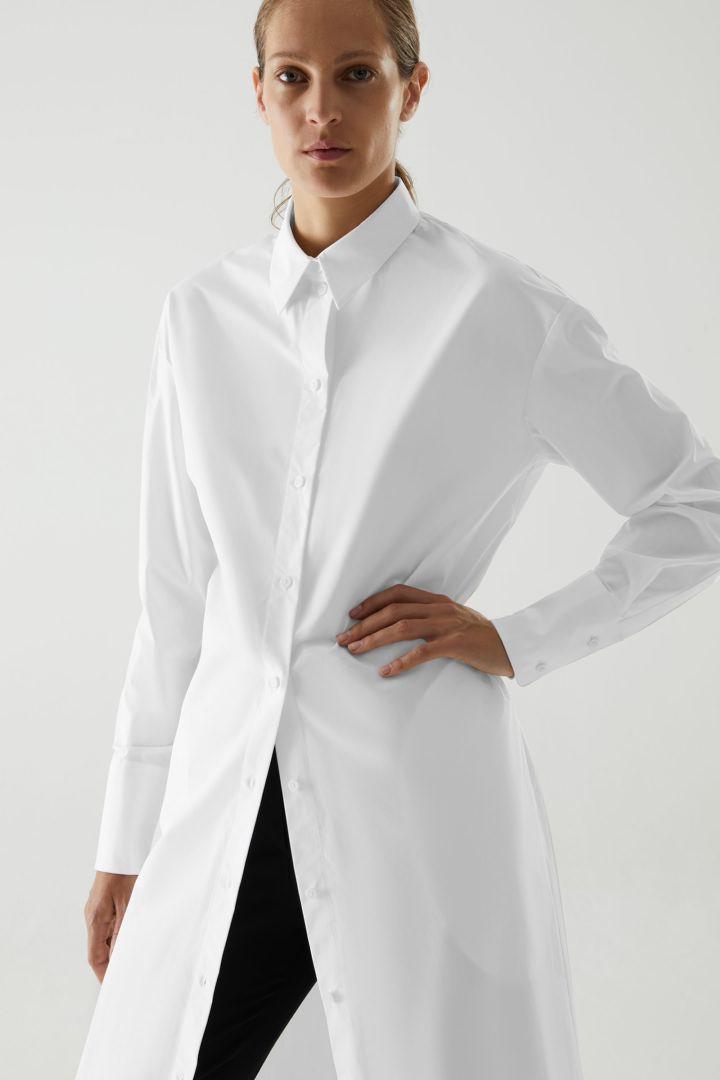 COS 오가닉 코튼 리어 플리츠 셔츠 드레스의 화이트컬러 ECOMLook입니다.