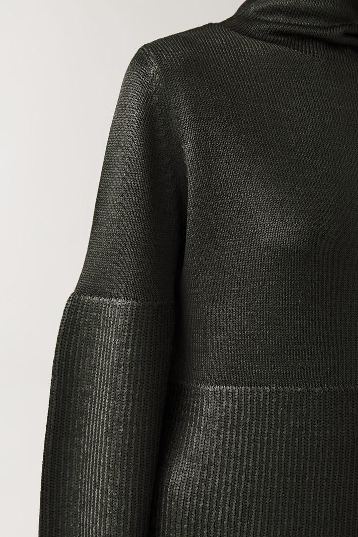 COS 메탈릭 니티드 스웨터의 그린컬러 ECOMLook입니다.