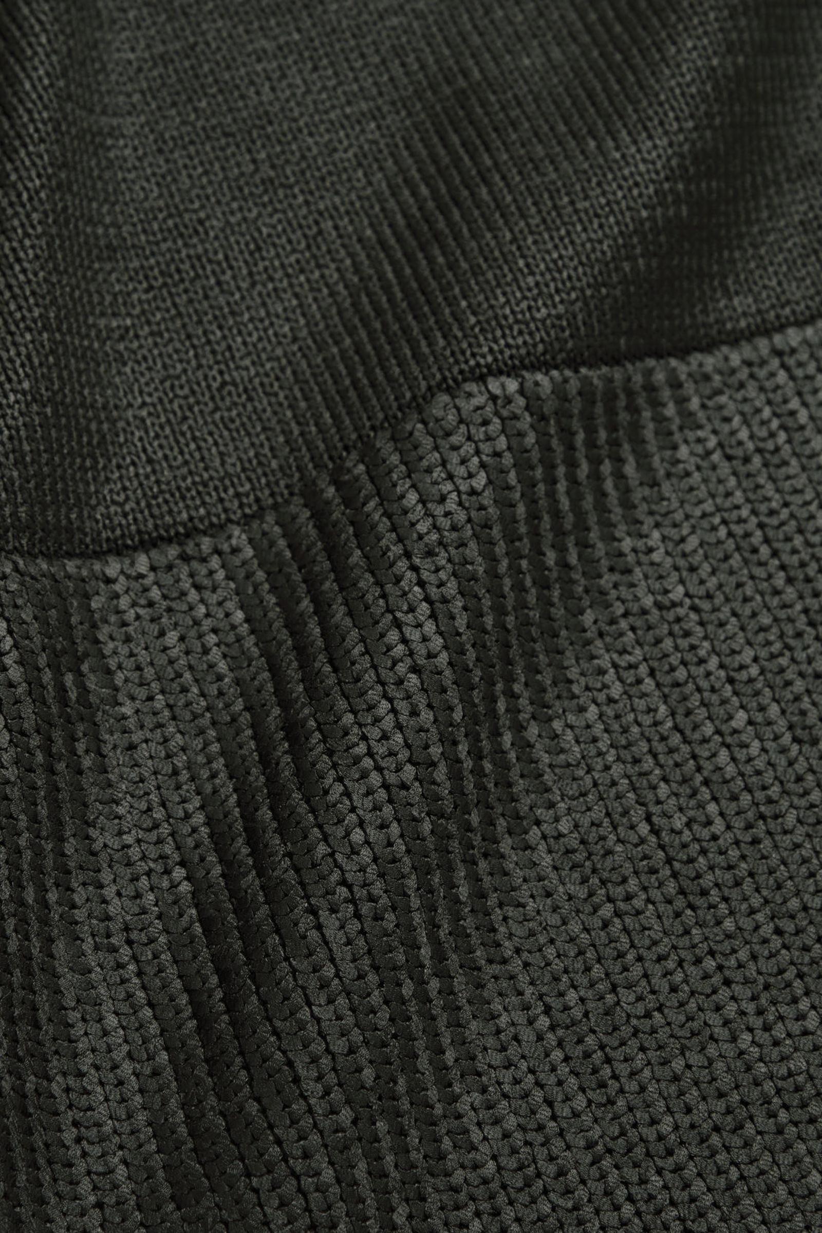COS 메탈릭 니티드 스웨터의 그린컬러 Product입니다.