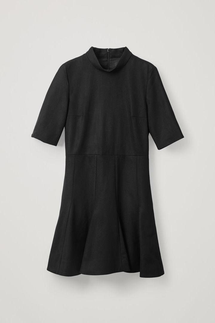 COS hover image 2 of 블랙 in 하이 넥 피티드 웨이스트 드레스