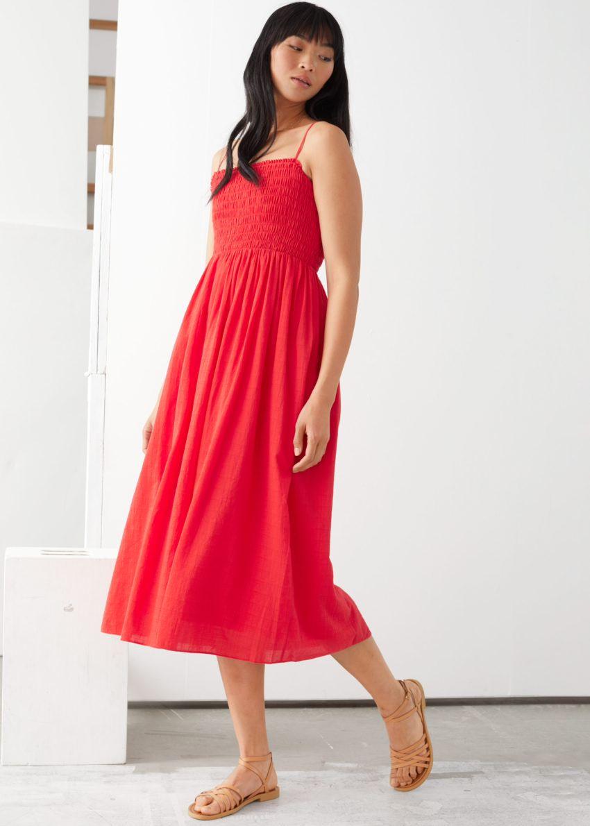 앤아더스토리즈 스모크 미디 드레스의 레드컬러 ECOMLook입니다.