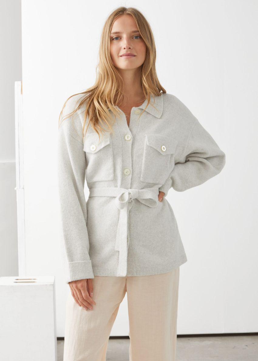 앤아더스토리즈 오버사이즈 벨티드 셔츠 가디건의 오프 화이트컬러 ECOMLook입니다.