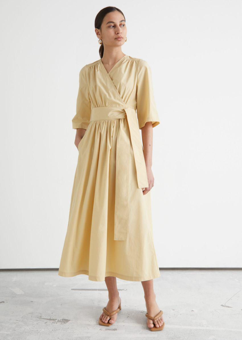 앤아더스토리즈 볼류미너스 미디 랩 드레스의 옐로우컬러 ECOMLook입니다.