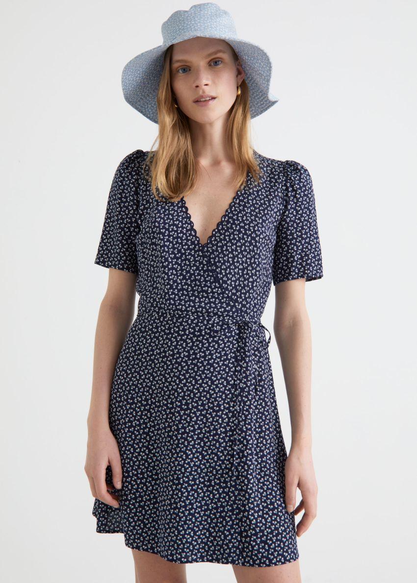 앤아더스토리즈 프린트 스캘럽 랩 미니 드레스의 블루 프린트컬러 ECOMLook입니다.