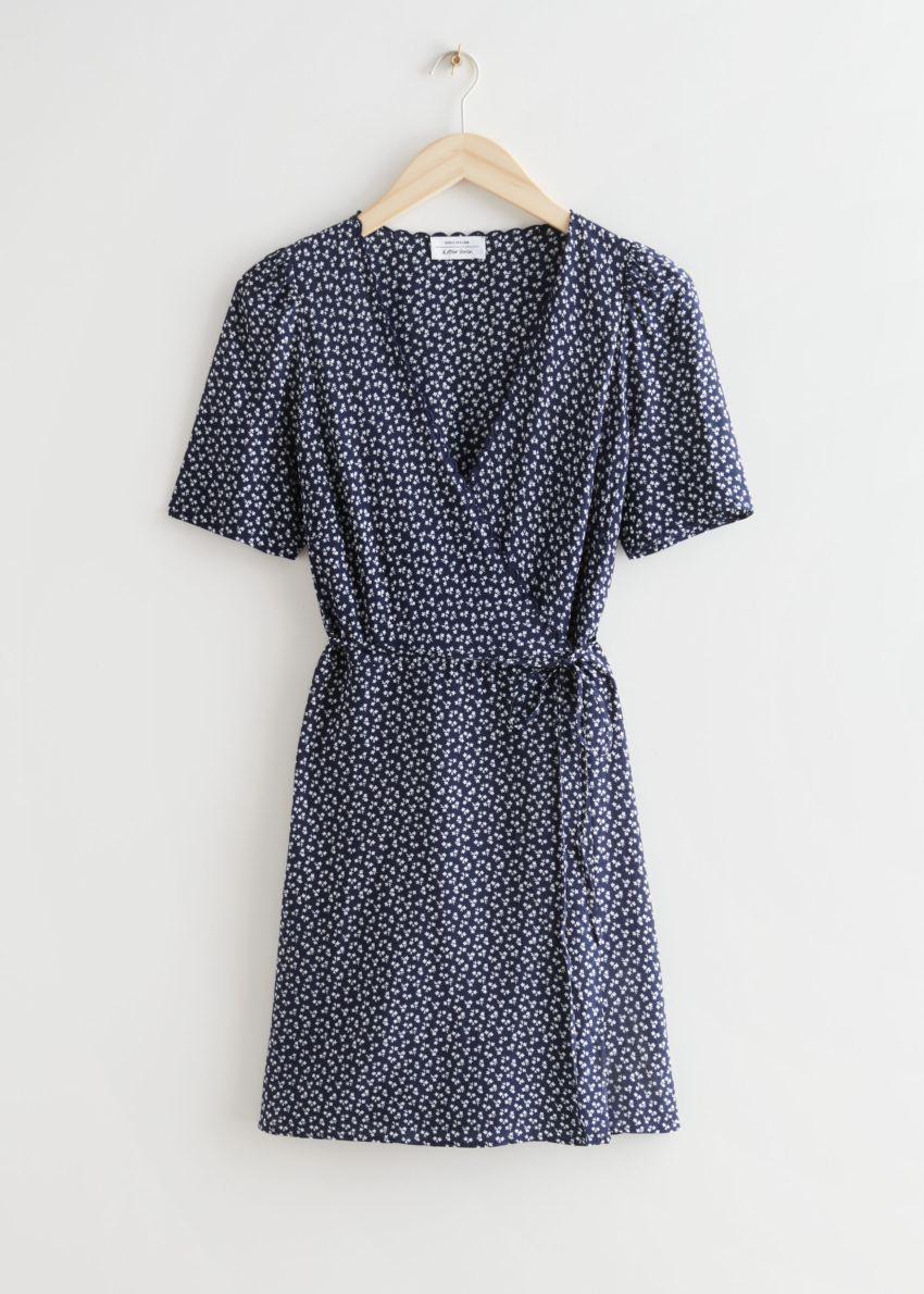 앤아더스토리즈 프린트 스캘럽 랩 미니 드레스의 블루 프린트컬러 Product입니다.