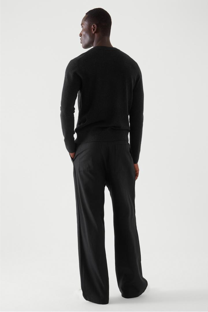 COS 메리노 야크 크루넥 스웨터의 블랙컬러 ECOMLook입니다.