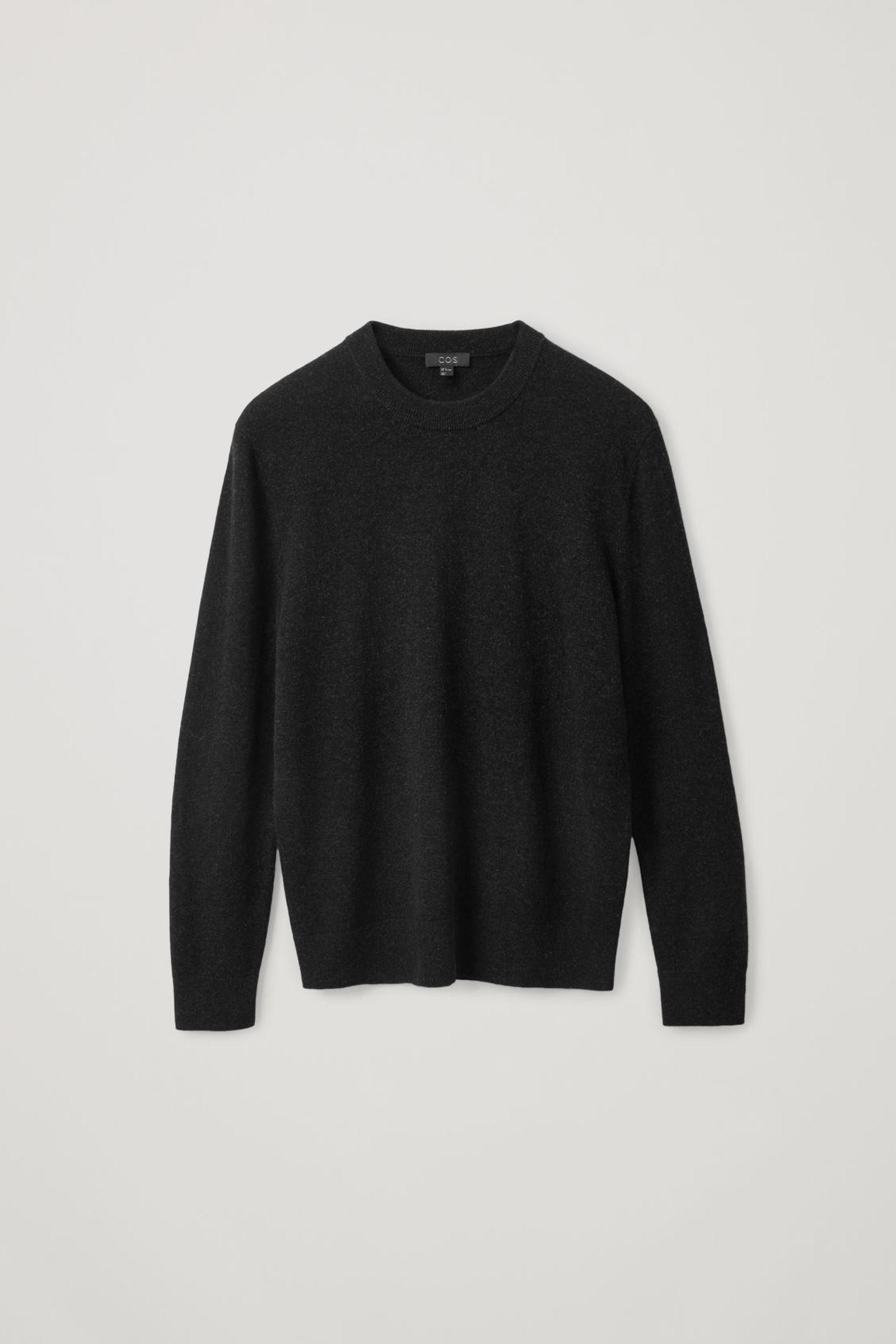 COS 메리노 야크 크루넥 스웨터의 블랙컬러 Product입니다.