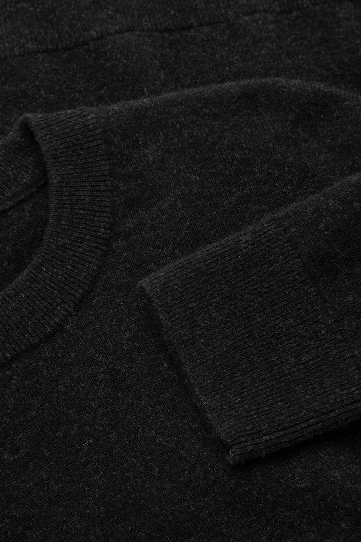 COS 메리노 야크 크루넥 스웨터의 블랙컬러 Detail입니다.