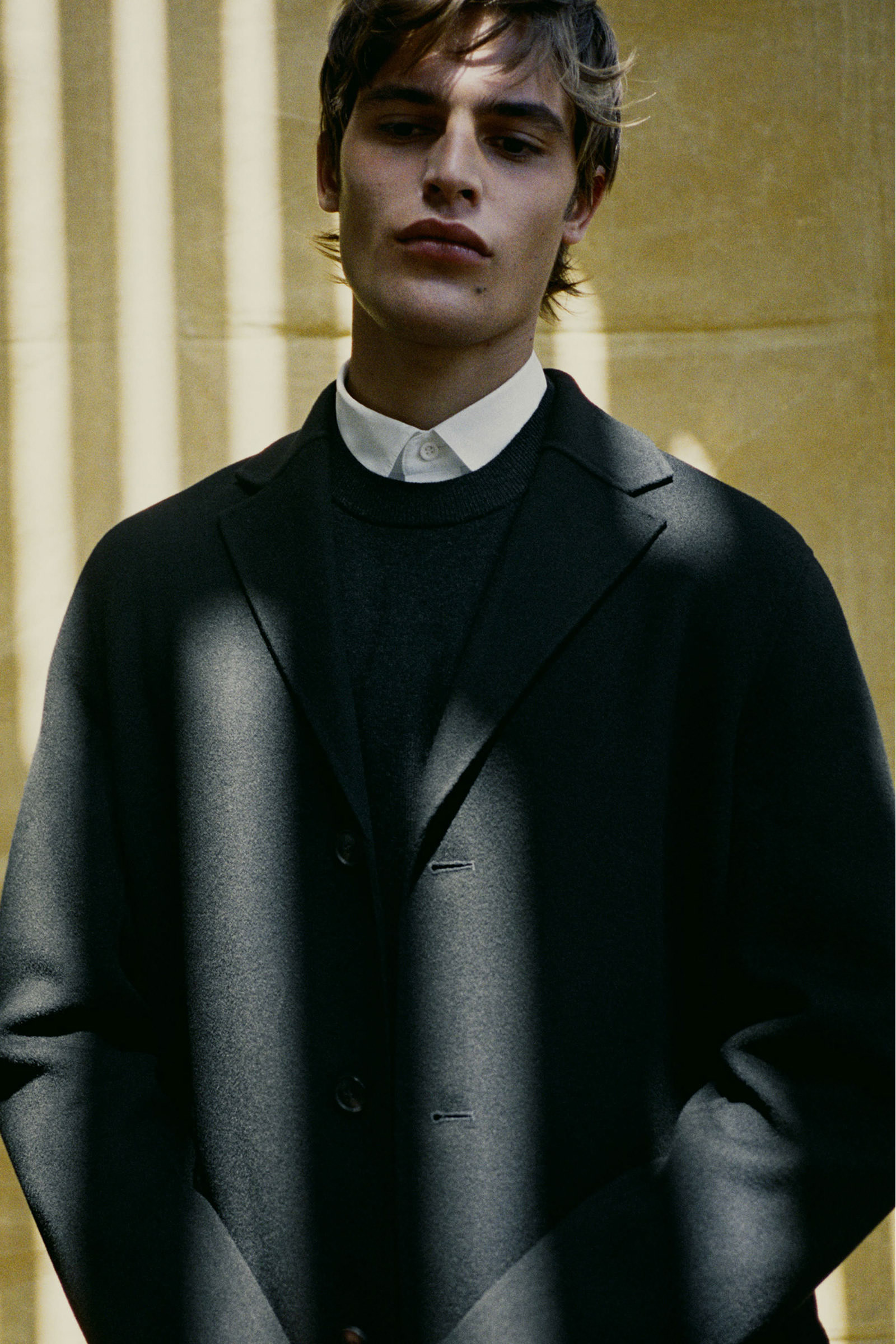 COS 메리노 야크 크루넥 스웨터의 블랙컬러 Environmental입니다.