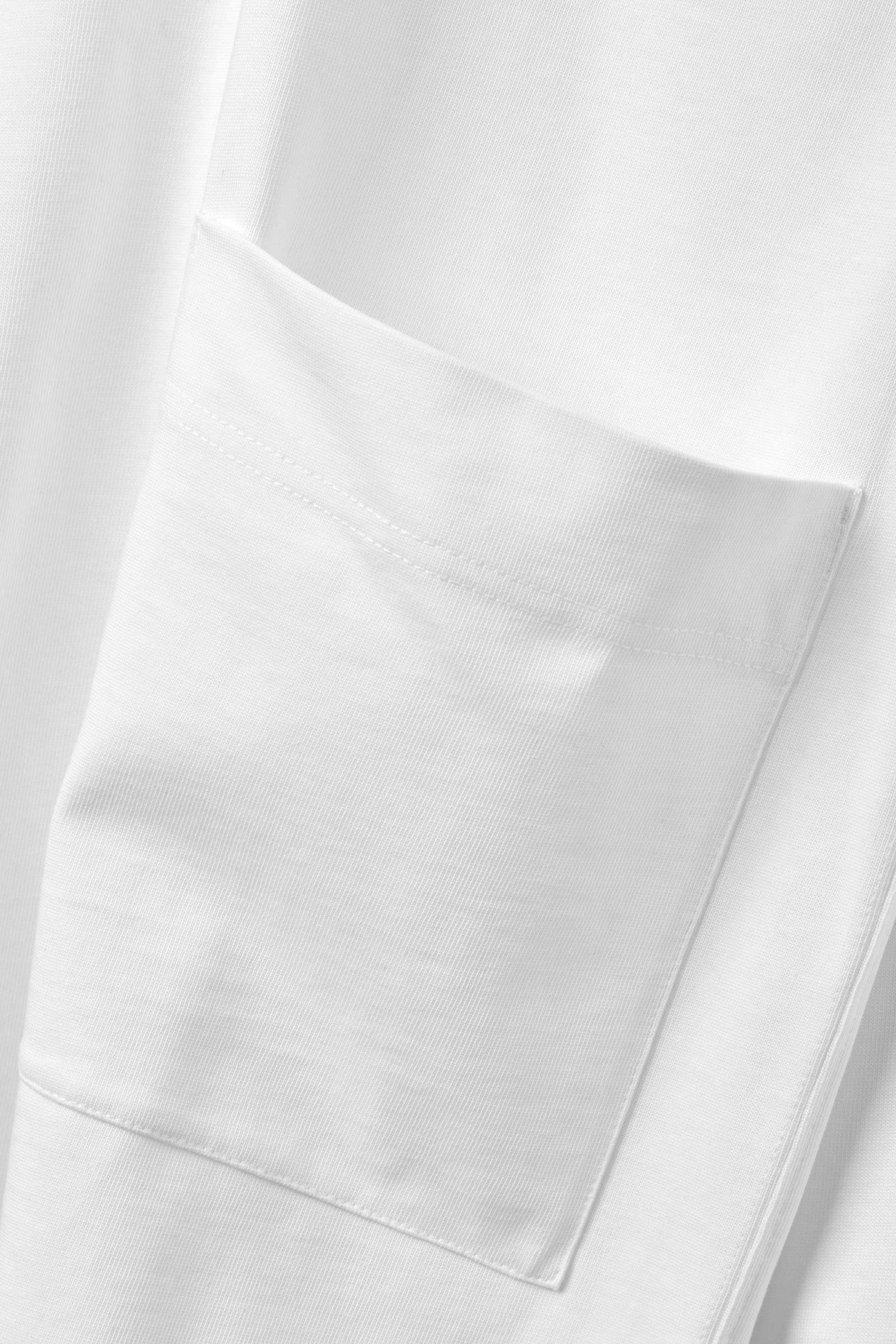 COS 박시 오가닉 코튼 스웻셔츠의 화이트컬러 Detail입니다.