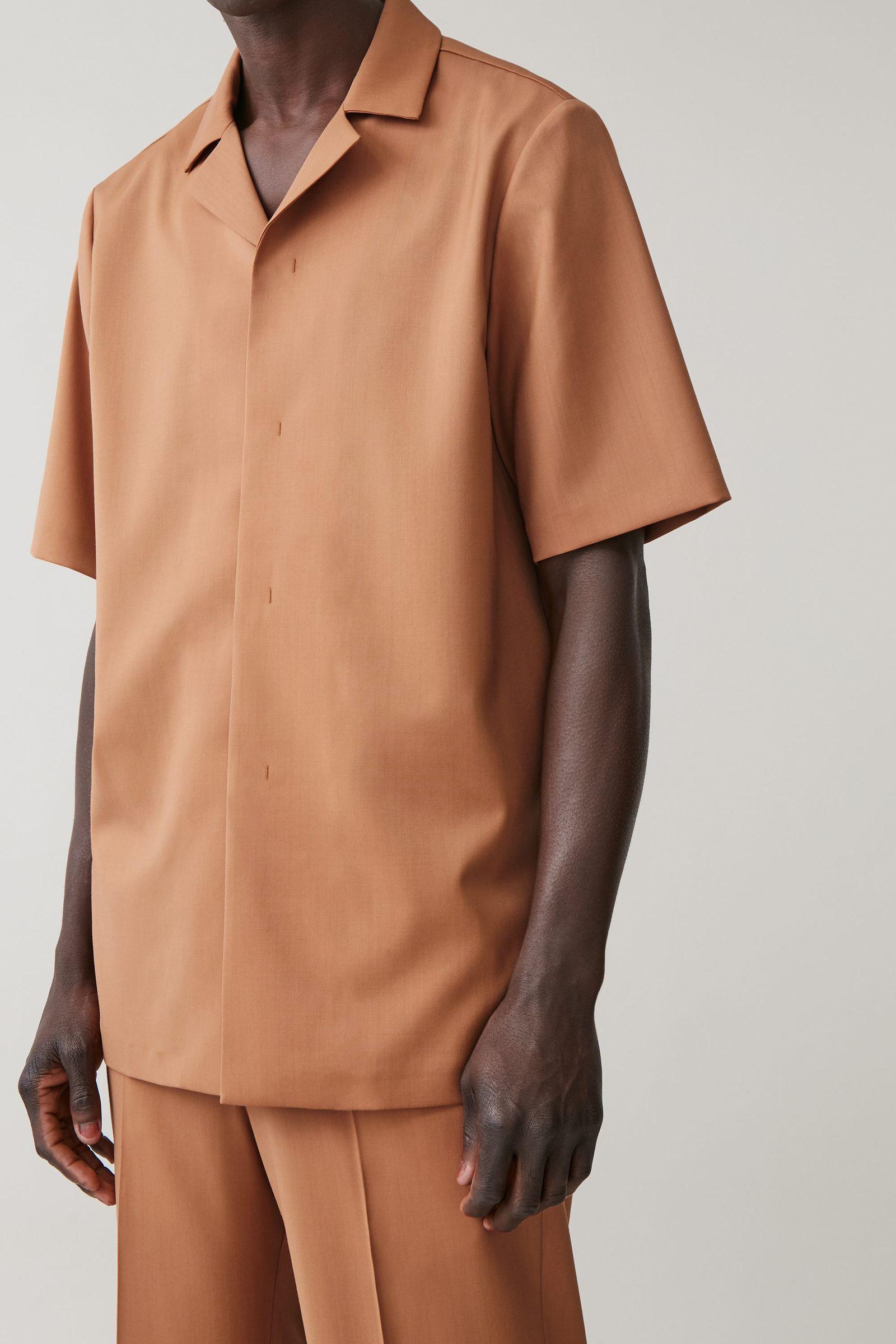 COS 캠프 칼라 울 셔츠의 브라운컬러 ECOMLook입니다.