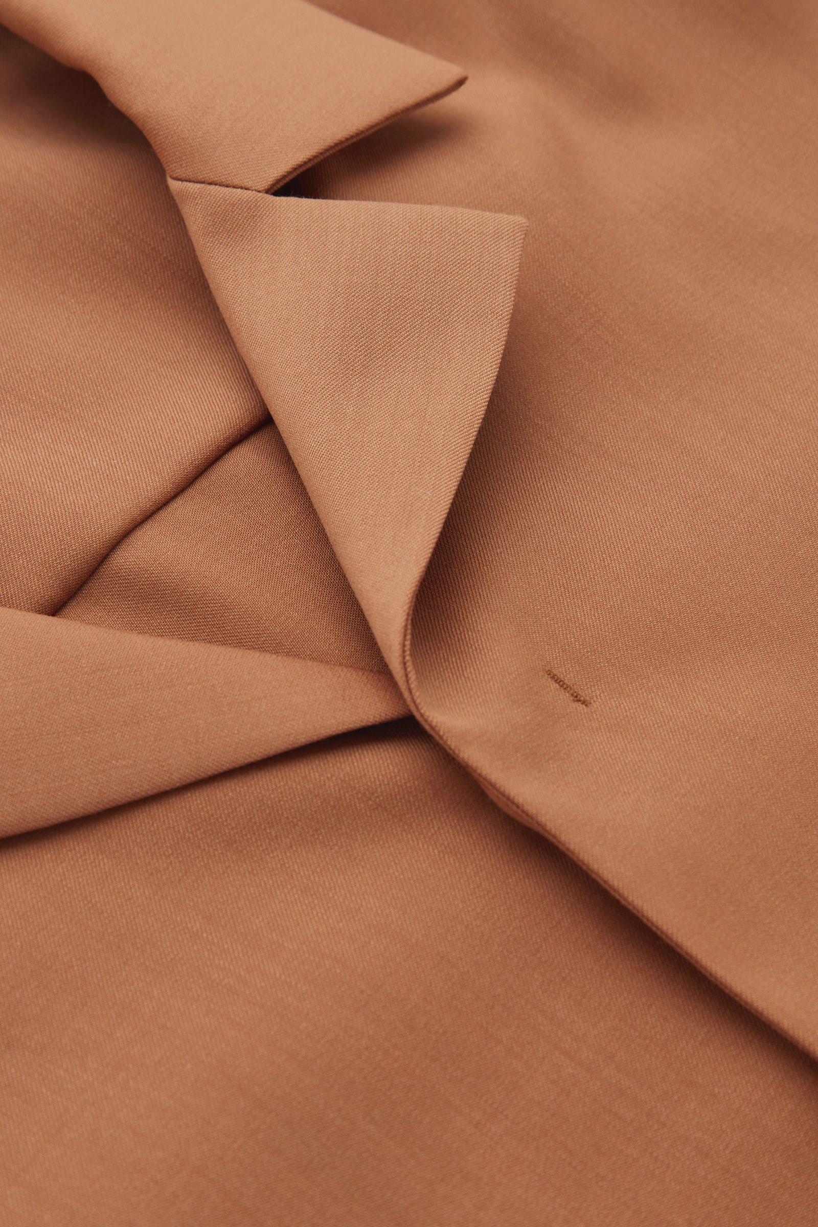 COS 캠프 칼라 울 셔츠의 브라운컬러 Detail입니다.