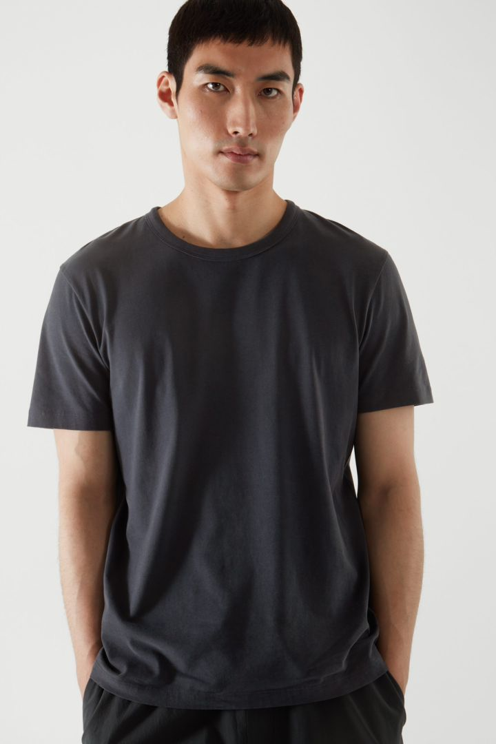 COS default image 6 of 블랙 in 레귤러 핏 브러쉬드 코튼 티셔츠