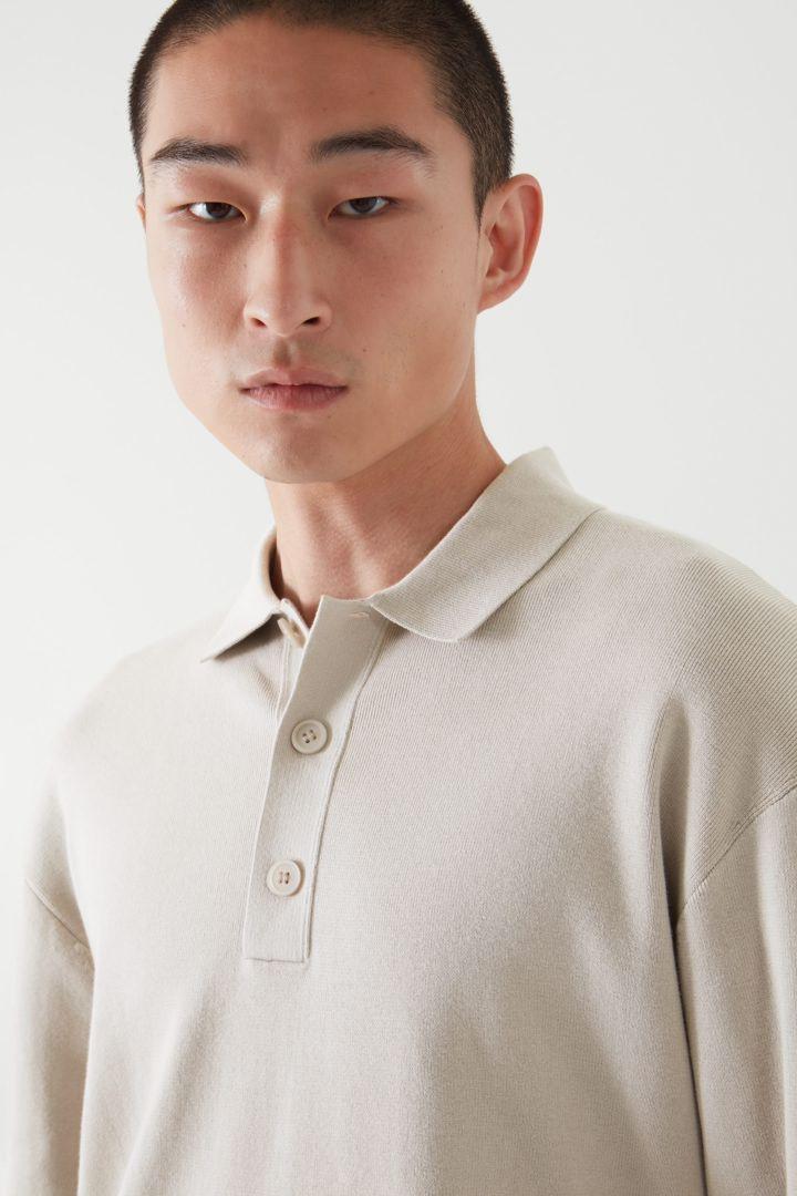 COS 릴랙스드 핏 니티드 폴로 셔츠의 라이트 그레이컬러 ECOMLook입니다.