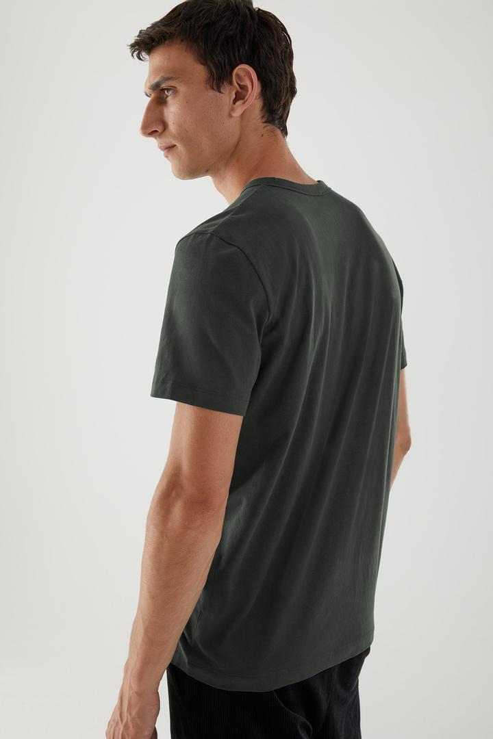 COS 브러쉬드 코튼 티셔츠의 차콜컬러 ECOMLook입니다.