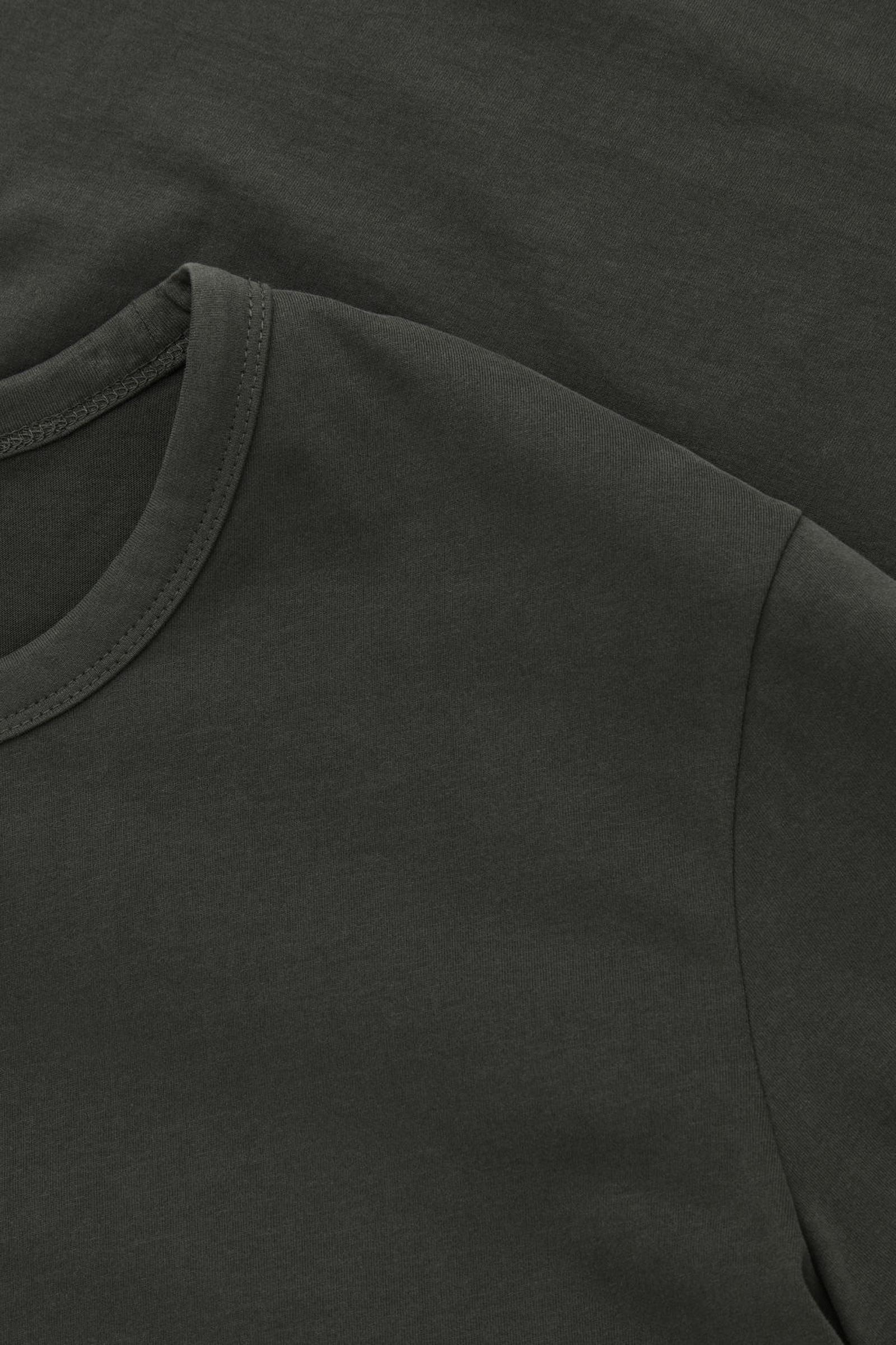 COS 브러쉬드 코튼 티셔츠의 차콜컬러 Detail입니다.