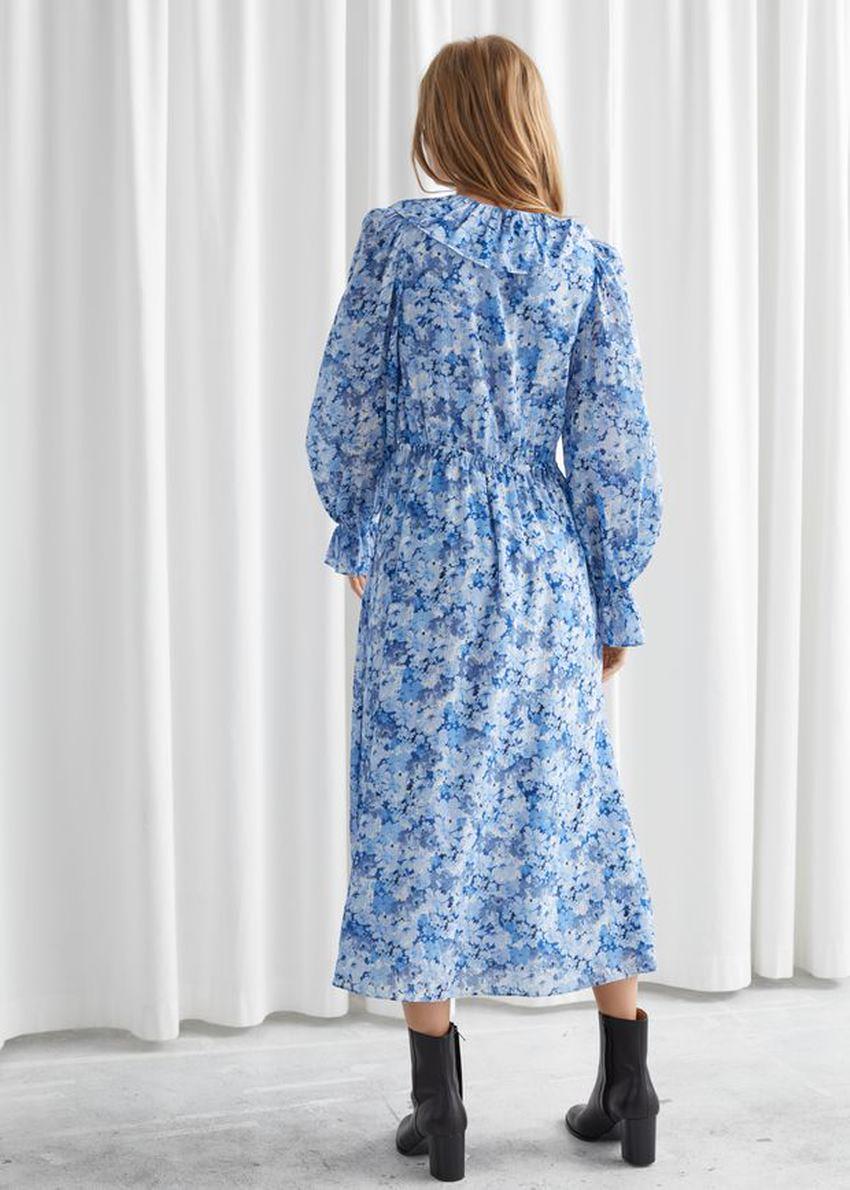 앤아더스토리즈 볼류미너스 러플 미디 드레스의 블루 플로럴컬러 ECOMLook입니다.
