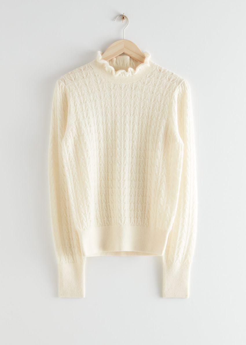 앤아더스토리즈 케이블 니트 러플 카라 스웨터의 크림컬러 Product입니다.
