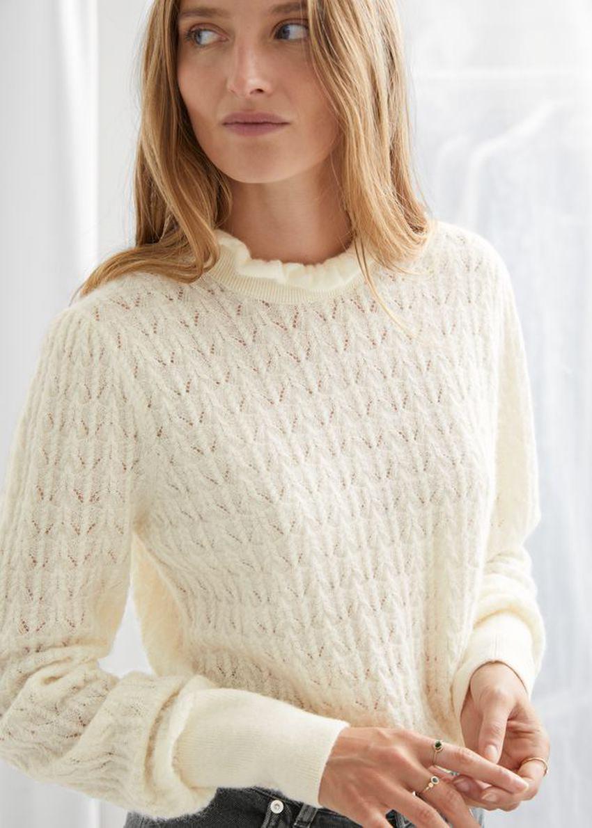 앤아더스토리즈 케이블 니트 러플 카라 스웨터의 크림컬러 ECOMLook입니다.
