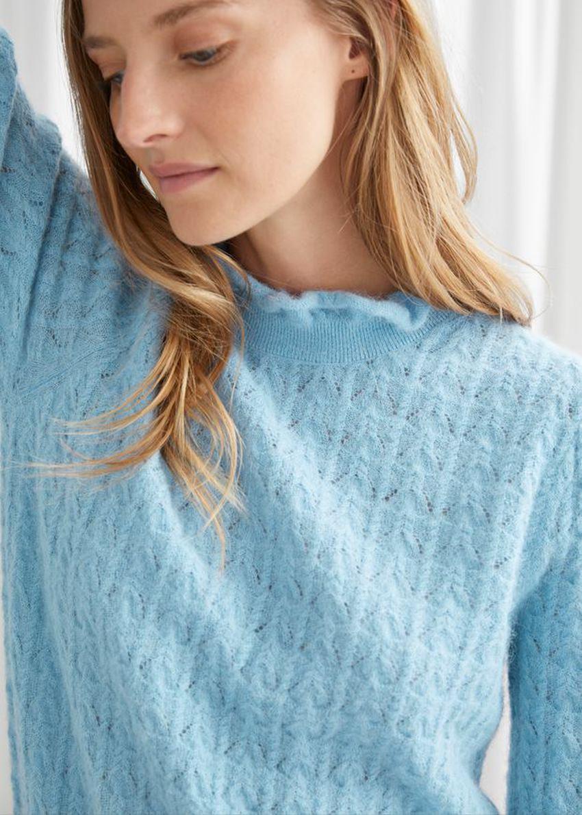 앤아더스토리즈 케이블 니트 러플 카라 스웨터의 라이트 블루컬러 ECOMLook입니다.