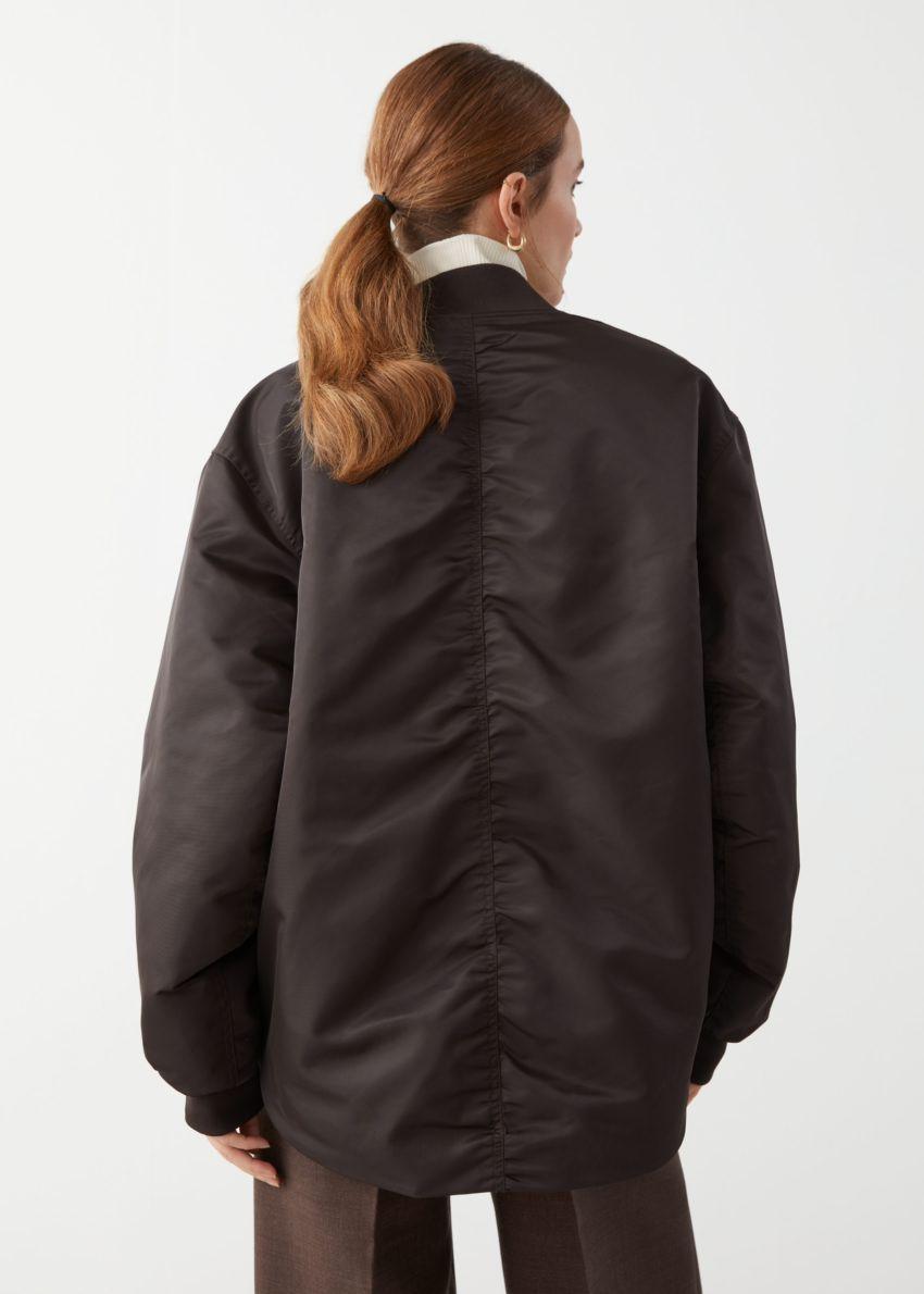 앤아더스토리즈 오버사이즈 집 보머 재킷의 다크 브라운컬러 ECOMLook입니다.