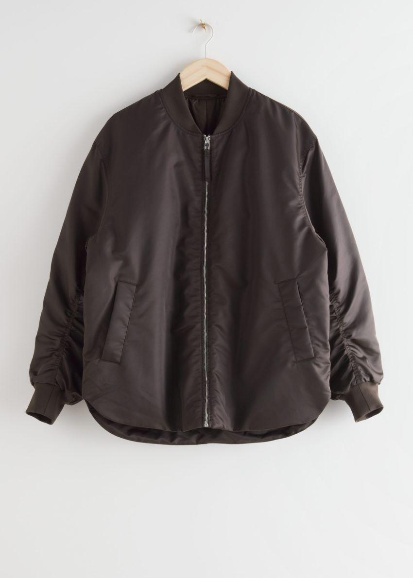 앤아더스토리즈 오버사이즈 집 보머 재킷의 다크 브라운컬러 Product입니다.