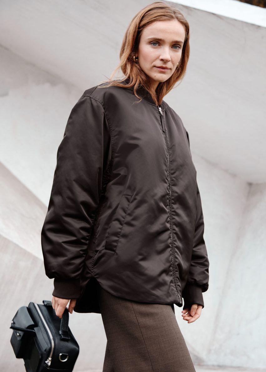 앤아더스토리즈 오버사이즈 집 보머 재킷의 다크 브라운컬러 Environmental입니다.