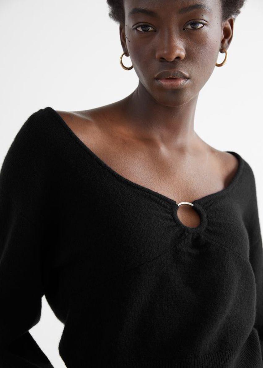 앤아더스토리즈 릴렉스드 메리노 블렌드 O링 스웨터의 블랙컬러 ECOMLook입니다.