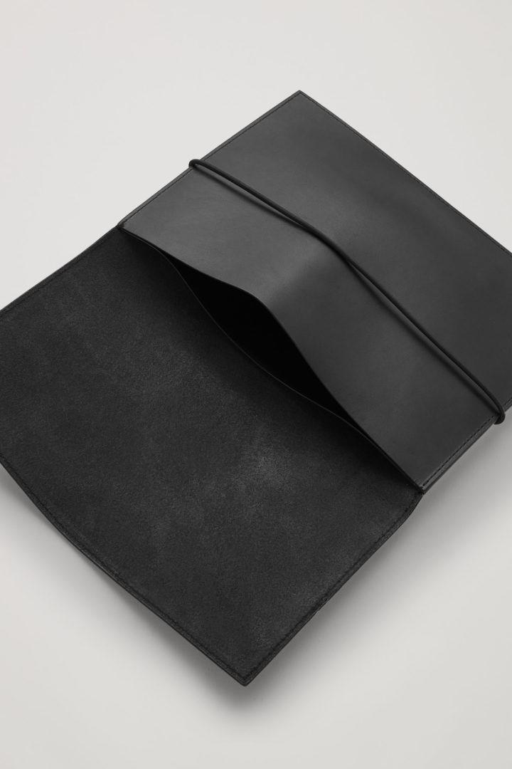 COS 레더 트래블 월릿의 블랙컬러 Detail입니다.