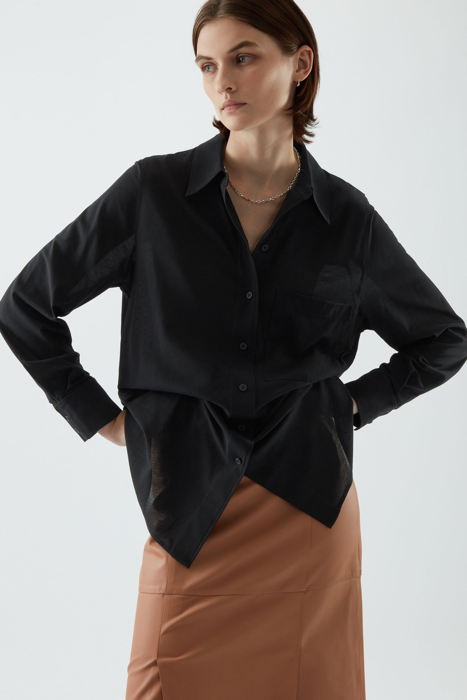 COS 코튼 보이프렌드 셔츠의 블랙컬러 ECOMLook입니다.