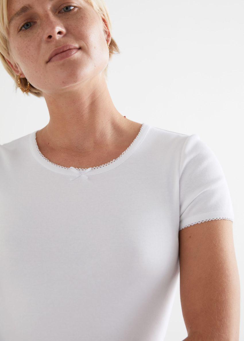 앤아더스토리즈 피티드 보우 디테일 티셔츠의 화이트컬러 ECOMLook입니다.