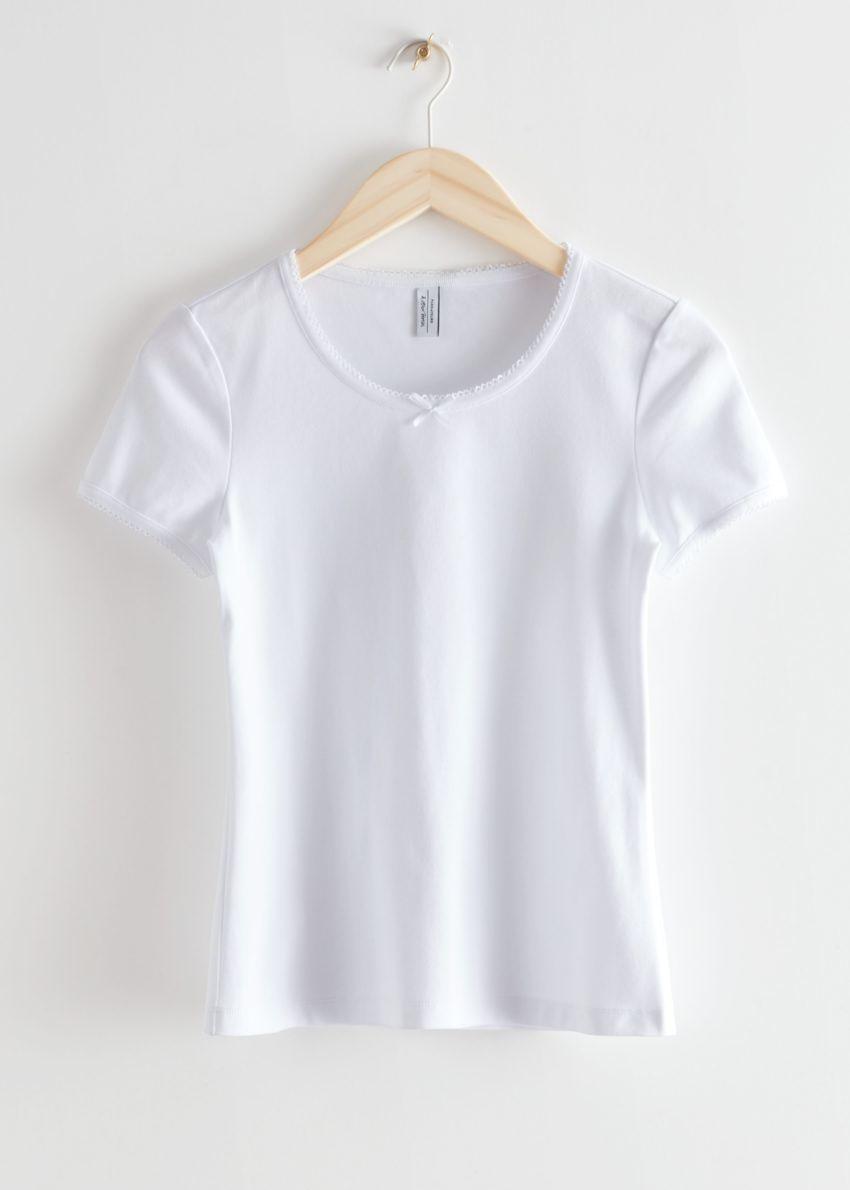 앤아더스토리즈 피티드 보우 디테일 티셔츠의 화이트컬러 Product입니다.